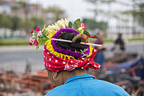老妇人带鲜花的头饰