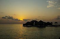 马尔代夫Coco岛水上别墅区的日出景象