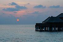 马尔代夫清晨日出时分一轮旭日东升