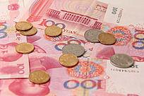 百元背景人民币硬币