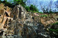 横切的岩石