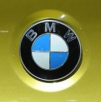 黄底的宝马BMW商标