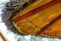 天津七里海湿地公园用干芦苇铺盖的凉亭顶棚