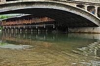 古桥下清澈的流水