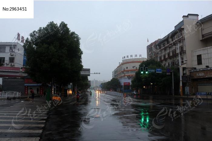 下雨的长沙街头图片,高清大图_城市风光素材