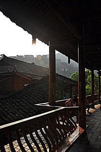 阳光照耀的古木屋结构特写