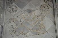 杨家埠民间艺术大观园里的连年有鱼石刻