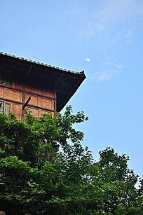 仰望蓝天的木屋檐