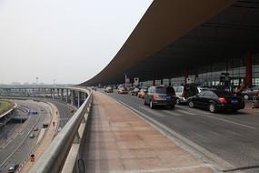北京航站楼候机厅的汽车通道