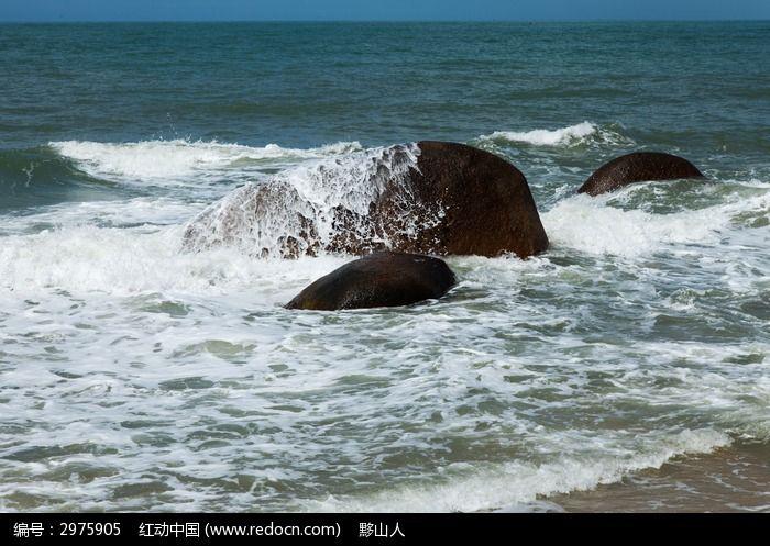 海浪拍打着礁石图片