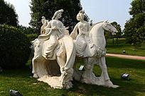 骑马的仕女雕像