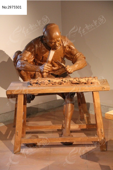 正在做木雕的人物雕塑图片