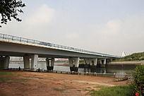 横跨的桥梁