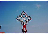 红色似中国结路灯和蓝天白云