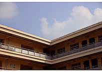 教学楼一角的蓝色天空与白云