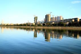 蓝天下的天水西湖风景线