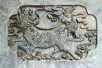 青砖石墙上雕刻的神龙兽图案花纹