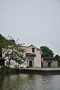 池塘边的老房子