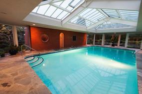 加拿大温哥华富人区别墅室内华丽的游泳池