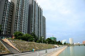 天水西湖风景线河提边的高楼大厦