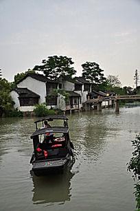乌镇水乡小河中撑船