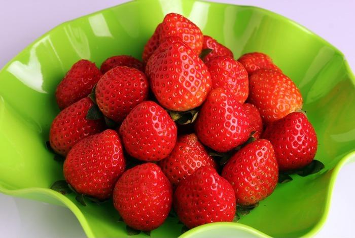 一盘草莓图片