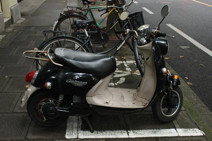黑色踏板摩托车图片