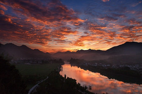 红透了龙川河的彩霞