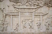 墙面石刻牌坊图案和玩耍的小孩
