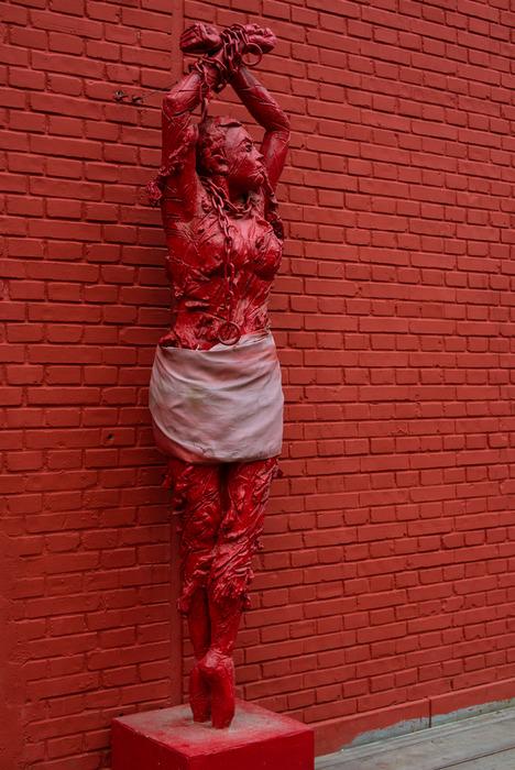 七九八一尊被吊起来鞭笞的芭蕾舞女塑像图片