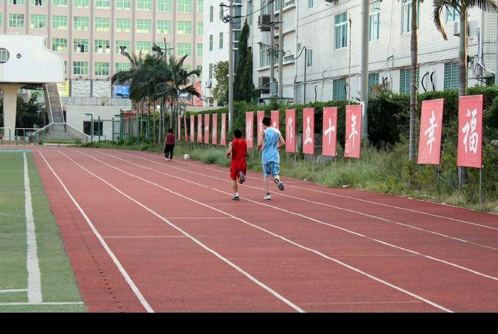 人在跑道上奔跑