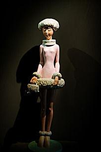 身着短裙手拎小包的美女塑像