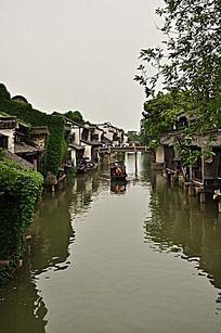 乌镇河中的小船
