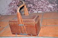 一个长方形竹编篮子