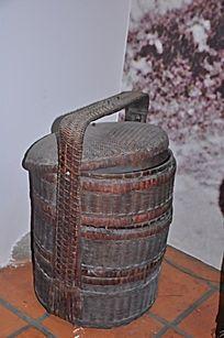 一个竹编篮子