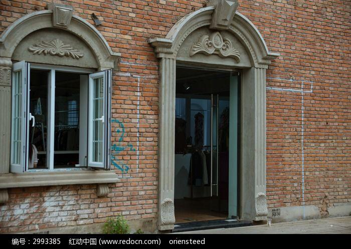 中式砖墙上修砌的欧式门窗图片