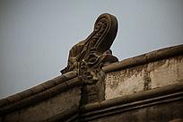 老房屋顶的云龙龙头图案砖雕辟邪驱火的意思