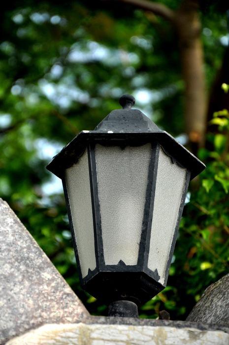 围墙上的特色路灯