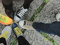 五彩斑斓的鞋子并在一起