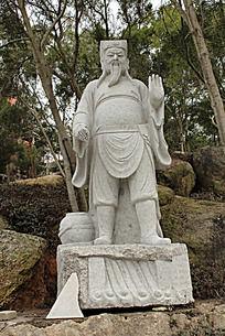 学校新宿舍旁的石像雕塑