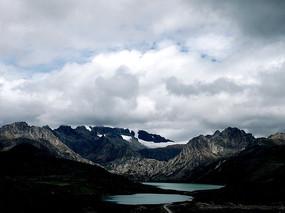 白云下的山与湖泊