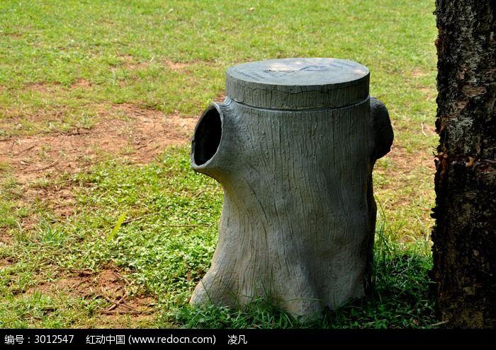 草坪上的木头垃圾桶