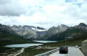 公路旁的雪山与湖泊