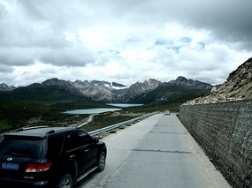 行驶在山与湖泊间