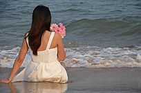 背望着海边的女人