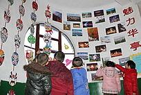 观看艺术作品的孩子