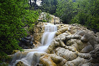 黄龙钙化石头上的瀑布