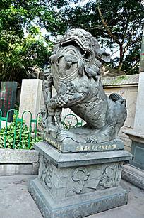 厦门南普陀门口的大理石狮子雕像