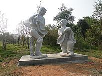公园里两个古代小孩石雕雕刻装饰