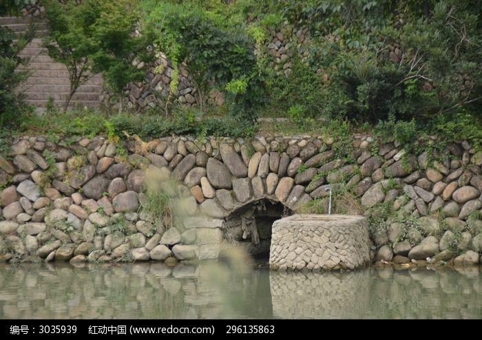 河边鹅卵石墙